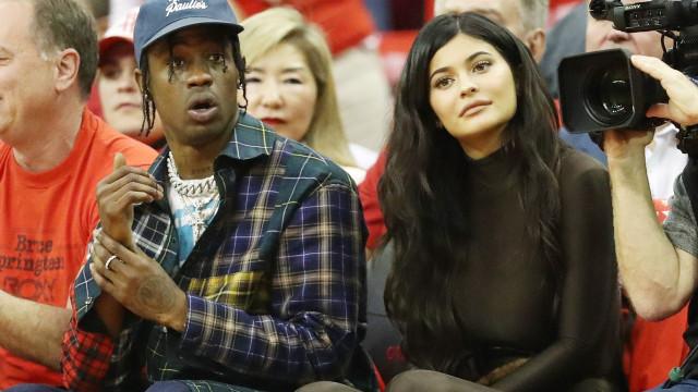 Anel suspeito de Kylie Jenner aumenta rumor de casamento com Travis Scott