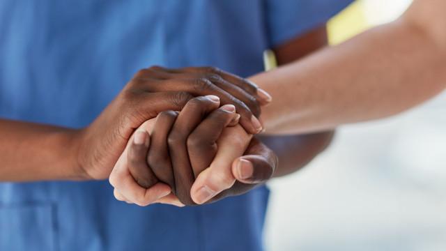 Doente não queria enfermeira negra. Hospital acedeu e acabou processado