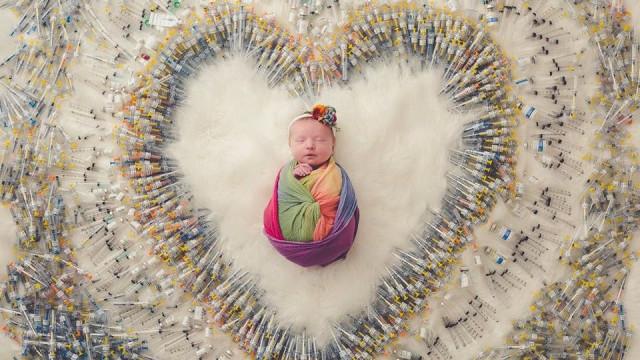 Um coração de agulhas à volta de uma bebé. A história de uma imagem viral