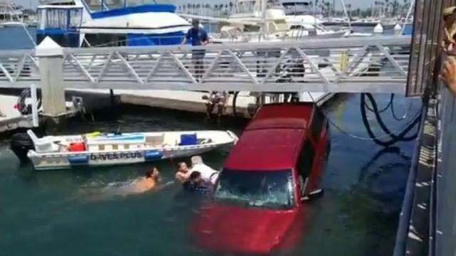 Bons samaritanos salvam família de morrer afogada dentro do carro nos EUA