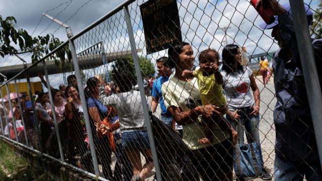 A fuga à fome, pobreza e colapso económico espelhada em imagens