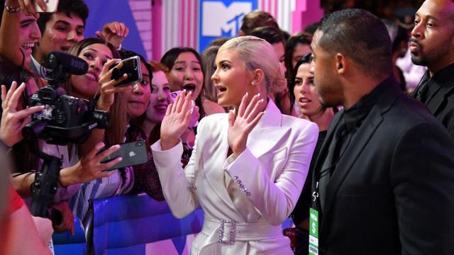 Kylie Jenner deixa pouco à imaginação com vestido transparente