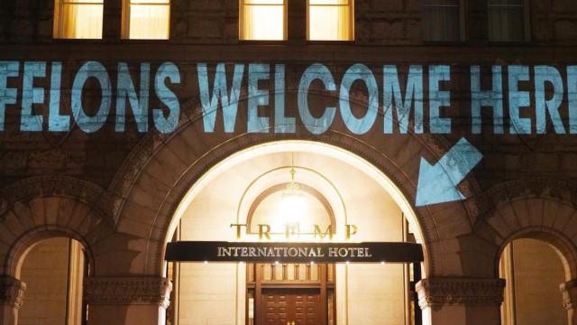 'Culpado' e 'Criminoso' projetados na fachada de hotel de Trump