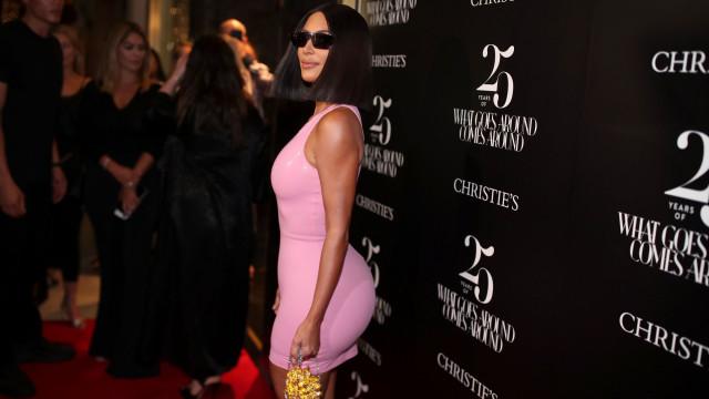 "Kim Kardashian e o mini vestido: ""O universo precisa de me ver de costas"""