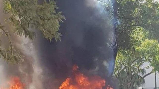 Incêndio em carro causa um ferido e danifica outras viaturas em Quarteira