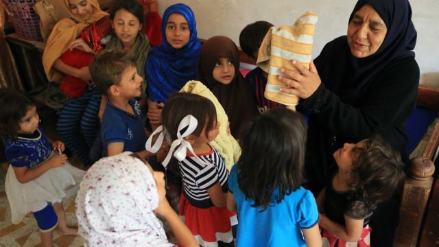 O Estado Islâmico matou-lhe os filhos. Agora esta avó cuida dos 22 netos