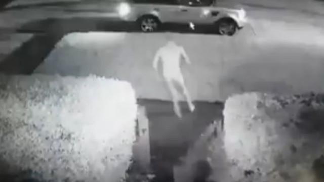 Homem todo nu persegue ladrão que lhe tentava roubar o carro