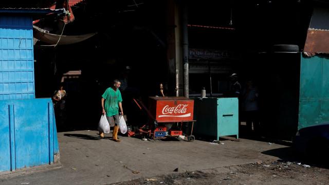 Há venezuelanos obrigados a comer carne estragada para sobreviver