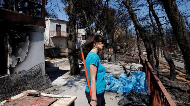 Na Grécia as chamas já foram. Ficaram as cinzas e as ruínas por recuperar