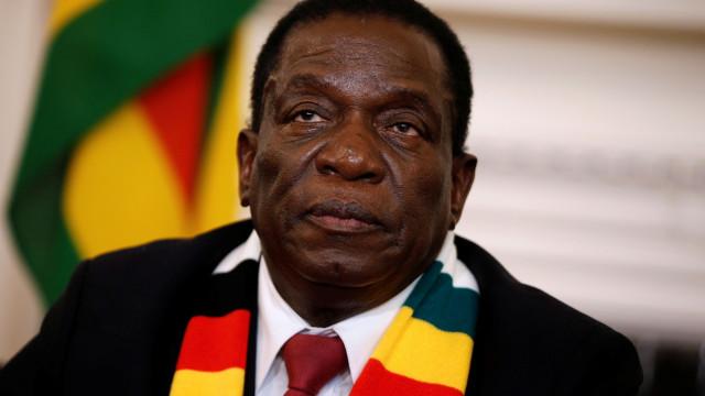Emmerson Mnangagwa interrompe viagem e regressa ao país após repressão