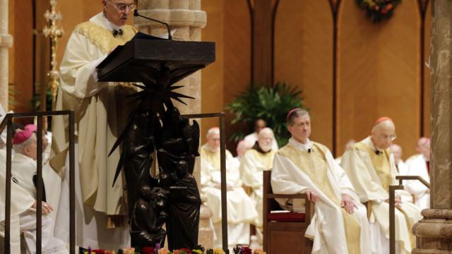 """Arcebispo diz que Papa deve """"dar o exemplo"""" e """"resignar"""" ao cargo"""