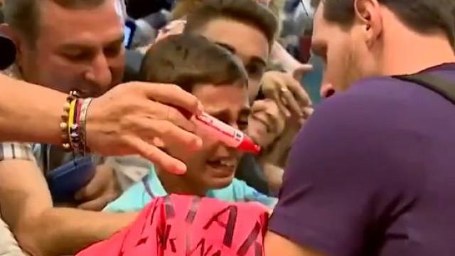 Das lágrimas ao sorriso aberto. A reação desta criança ao ver Messi