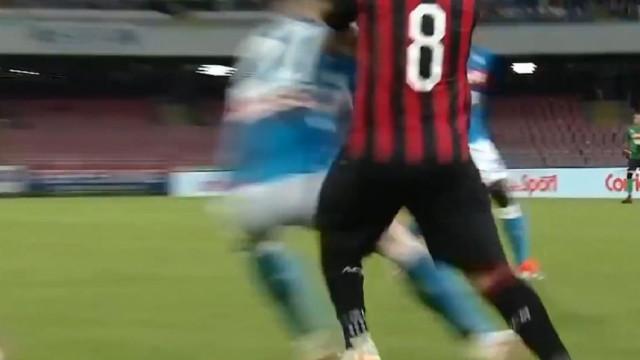 Jogo entre Nápoles e AC Milan foi palco desta maldade de Suso