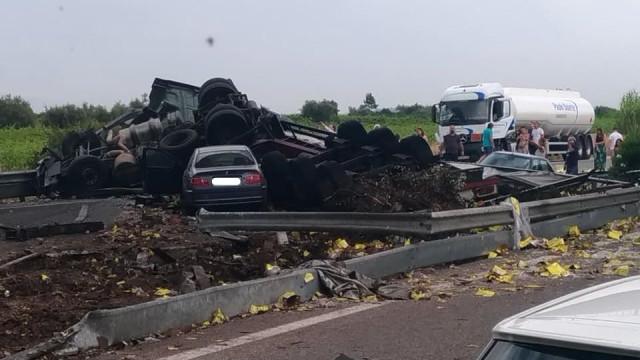 Acidente com dois camiões e vários carros corta A1. Há três mortos