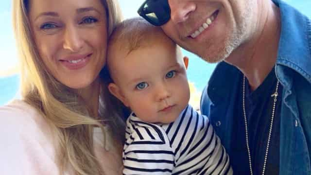 Esposa de Ronan Keating ferida acidentalmente pelo filho de 15 meses