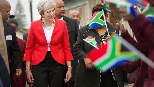 Primeira-ministra britânica dança na África do Sul e Internet não perdoa
