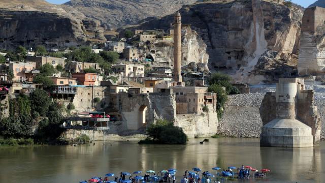 A antiga cidade turca que está à espera de ser 'engolida' pelo rio