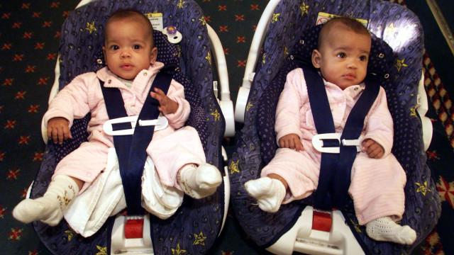 Gémeas que foram vendidas online em caso polémico já têm 18 anos