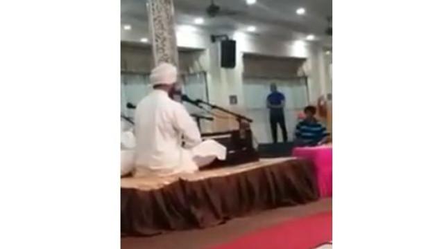 Muçulmano entra em templo de siquismo para orar. Imagens já são virais