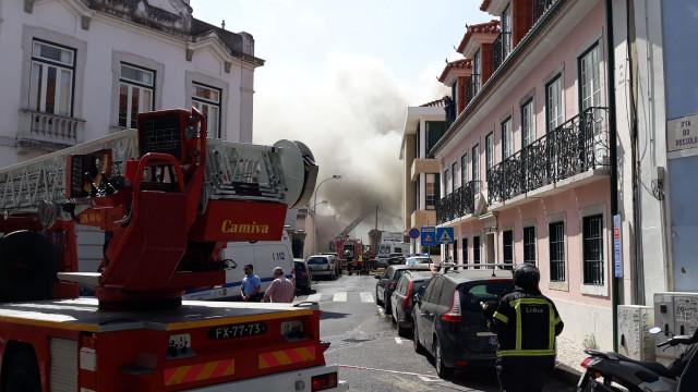 Incêndio em armazém na freguesia da Estrela