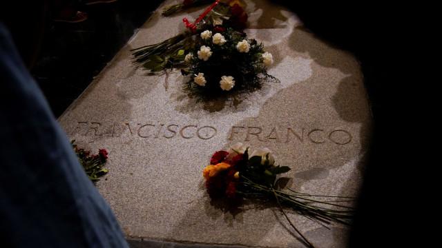 Governo espanhol e Igreja procuram local para transferir corpo de Franco
