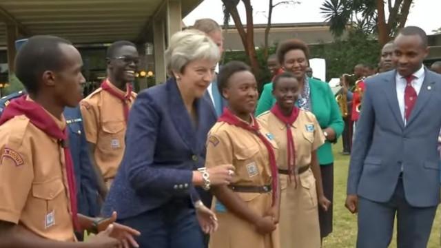 'Oh não, ela fê-lo outra vez!': Theresa May volta a dançar