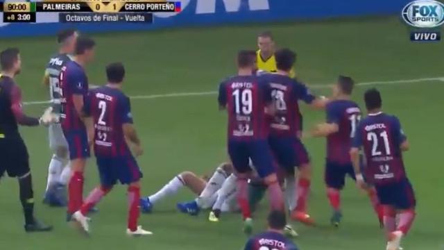 Ex-Benfica foi quatro vezes ao chão, 'chamou' o público... e foi expulso