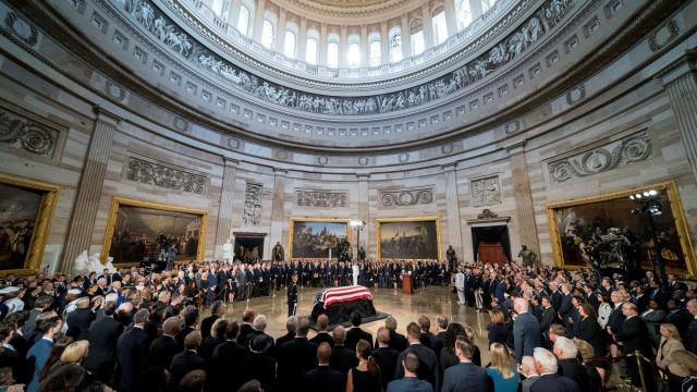 Urna com restos mortais do senador John McCain já está em Washington