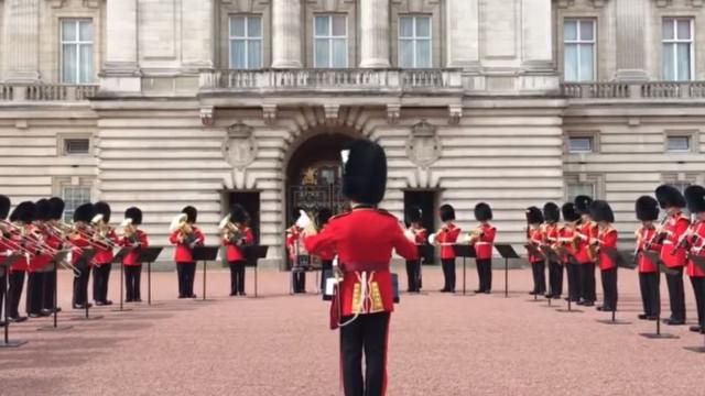 Troca de guardas no Palácio de Buckingham feita ao som de Aretha Franklin