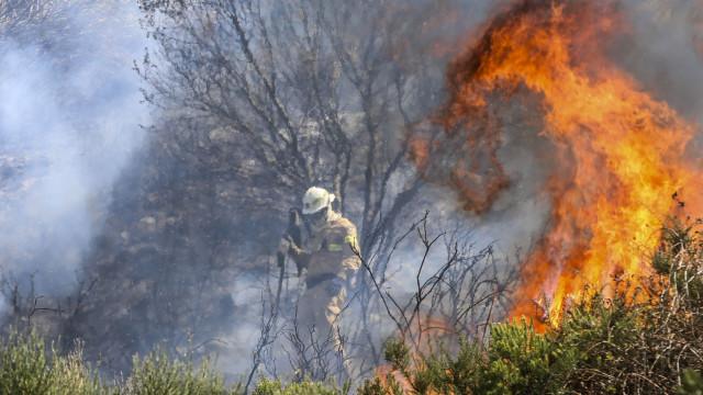 Três bombeiros feridos no incêndio da Póvoa do Lanhoso