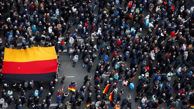 Protestos pró e anti-estrangeiros na Alemanha reúnem milhares de pessoas