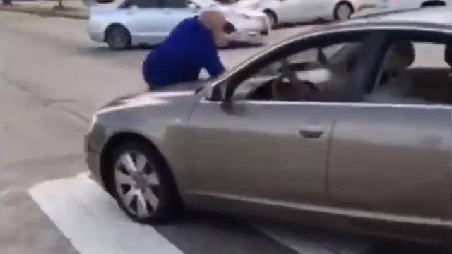 Fúria na estrada: Mulher parte janela de autocarro e atropela motorista