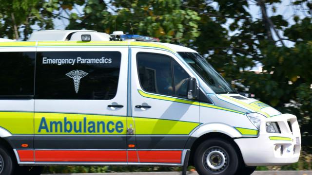 Homem morre de overdose depois de paramédicos serem atacados por multidão