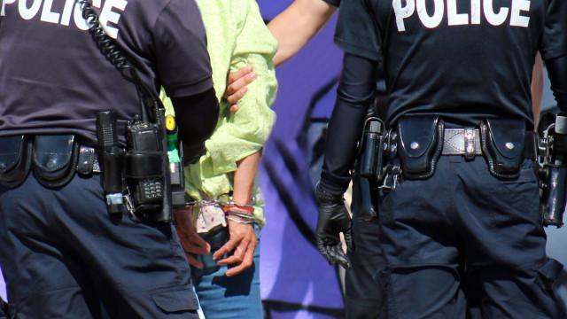 Casal norte-americano deixa filho de cinco anos em bosque como castigo