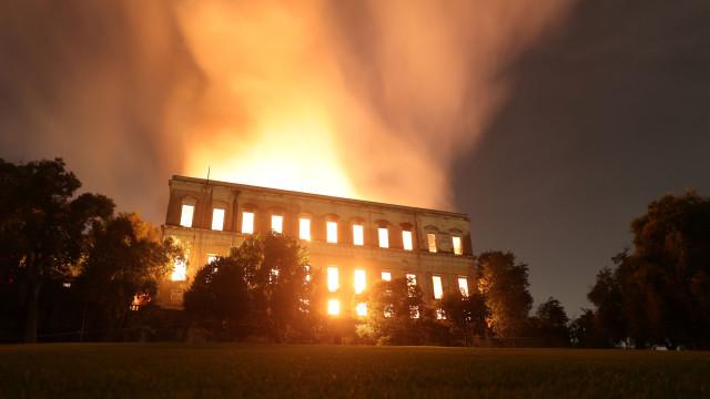 Universidade pede perícia policial para investigar fogo no Museu Nacional