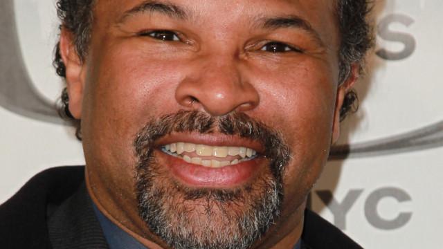 Ator Geoffrey Owens visto a trabalhar na caixa de um surpermercado