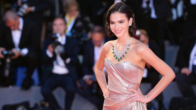 Bruna Marquezine leva abertura de vestido ao limite em Festival de Veneza