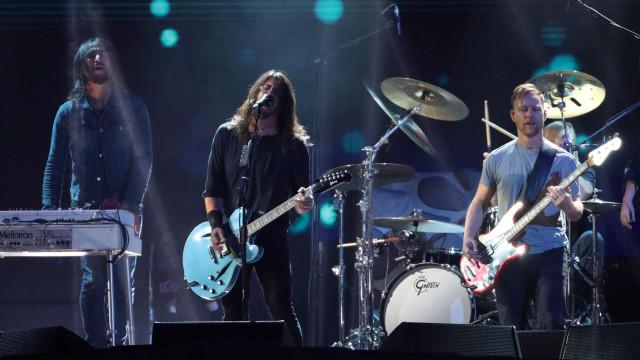 Krist Novoselic juntou-se a Dave Grohl e tocaram música de Nirvana