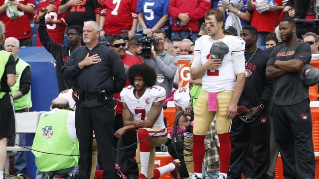 Rejeitado pela NFL após protestos, Colin Kaepernick assina com a Nike