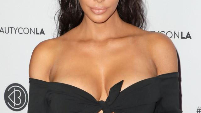 Pandã de metálicos: Kim Kardashian e amiga arrasam na praia