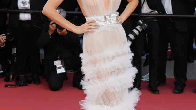 Look transparente deixa mamilo de Kendall Jenner à mostra