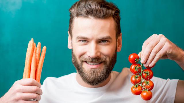 Quer ser vegan? Ciência diz que pode estar a viver crise de meia idade...