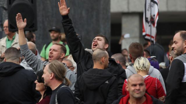Polícias alemães suspensos por fazerem saudação nazi