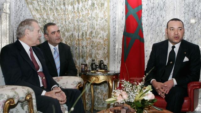 Rei de Marrocos dá nas vistas ao exibir relógio com 1075 diamantes