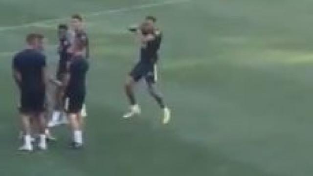 Neymar marca no treino da seleção brasileira e festeja... à Ronaldo