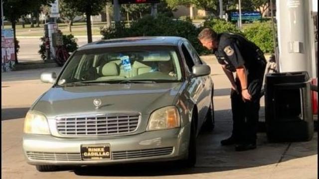 Polícia manda idosa parar... para lhe abastecer o carro e pagar