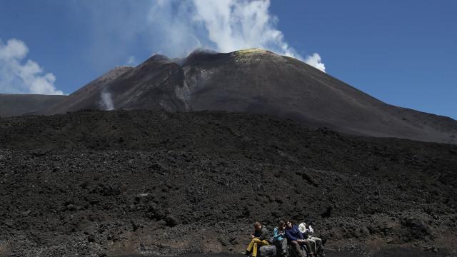 Fortes explosões no vulcão Etna fazem subir nível de vigilância