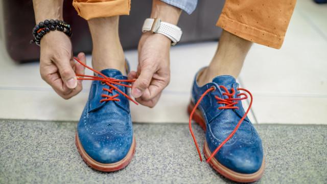 Experimentar sapatos sem meias. Saiba que riscos podem advir da prática
