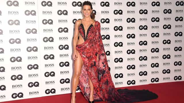 Com um look ousado, Kate Beckinsale quase que mostra demais