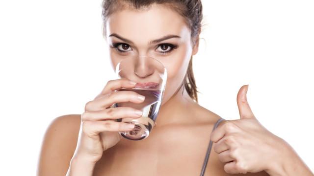 O leitor perguntou: Será que beber água alcalina faz melhor à saúde?